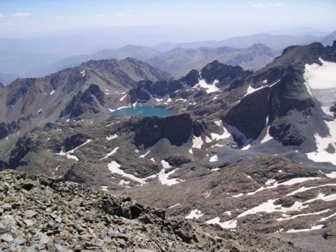האגם דניז גולו כפי שנראה מנתיב ההעפלה לפסגת הקצ'קר